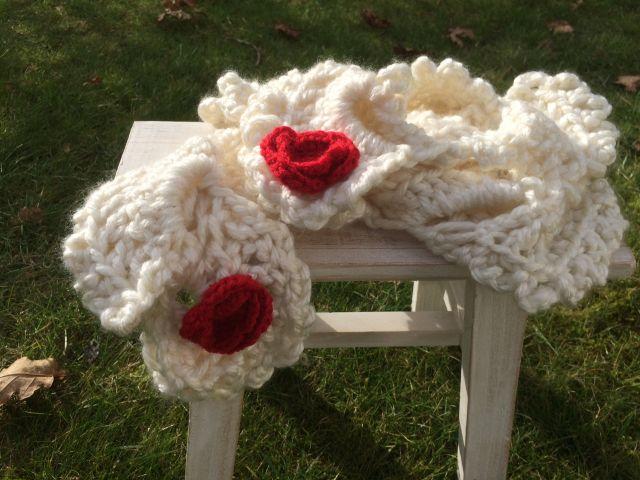 Gehaakte witte sjaal met rode bloemen!