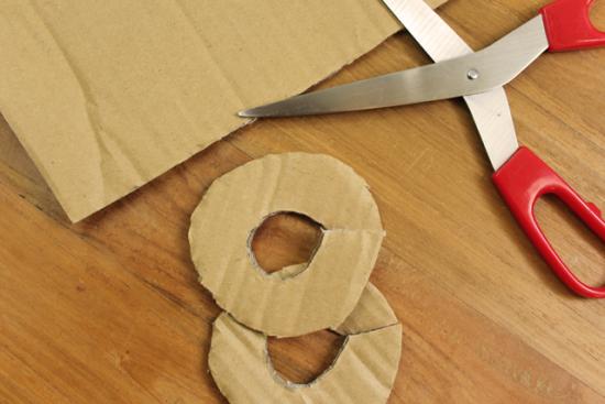 Knippen van een kartonnen cirkel