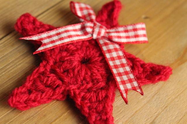 Rode kerstster als broche